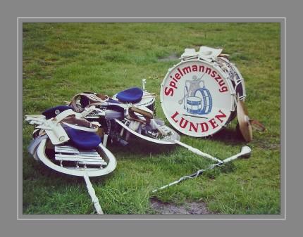 Scan vom Dia. Der Verein Lundener Spielleute ist in zwei, unabhängig voneinander arbeitenden Sparten unterteilt. Dem 1962 gegründeten Spielmannszug und dem 1987 ins Leben gerufenen Blasorchester.
