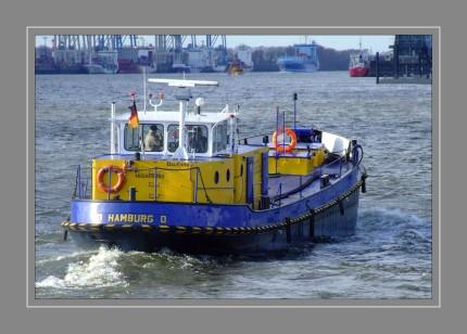 Das Schiff ist ein Bunkerboot im Hamburger Hafen.