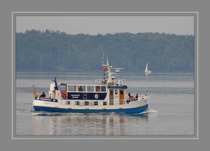 Mit gerade einmal 50 Plätzen ist die MS Möwe ein kleines, gemütliches Schiff für Touren auf der Flensburger Förde. Vorbei am Ostufer fährt die ?Möwe? entlang der Marineschule Mürwik und dann zurück zum Hafen. Die Rundfahrt dauert etwa 1 Stunde und 45 Minuten. Die MS Möwe fährt in Flensburg von Mai bis September täglich zwischen 12.30 Uhr und 16.30 Uhr von ihrem Liegeplatz an der Hafenspitze los.