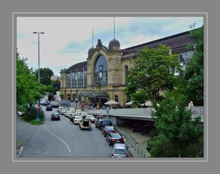 Der Bahnhof Hamburg Dammtor, so benannt nach dem Dammtor, einem ehemaligen Tor der Stadtbefestigung, ist ein Fernbahnhof der Bahnhofskategorie 2 für den Eisenbahn- und S-Bahn-Verkehr in Hamburg. Die heutige Anlage wurde 1903 eröffnet und ersetzte den vorherigen Bahnhof an der Hamburg-Altonaer Verbindungsbahn. Er war als Paradebahnhof für Staatsbesuche vorgesehen. Hamburg Dammtor ist nach Anzahl der Reisenden der drittgrößte der fünf Hamburger Fernbahnhöfe, obwohl er nur zwei Bahnsteige besitzt. Der nordöstliche Bahnsteig ist dem S-Bahn-Verkehr vorbehalten, die beiden Gleise sind dazu seit 1939 mit Stromschienen elektrifiziert, bis 1955 auch mit Oberleitung für die damaligen Wechselstrom-Züge. Die beiden Gleise am sogenannten Fernbahnsteig werden von den Fern- und Regionalzügen befahren und besitzen eine Oberleitung.