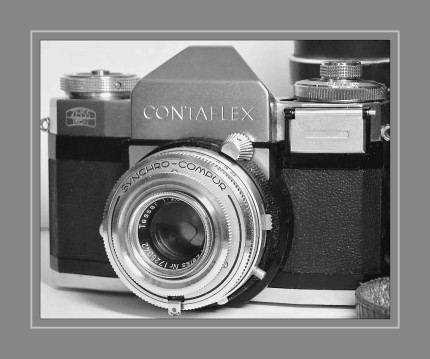 Die 1953 eingeführte Contaflex besaß als erste einäugige Spiegelreflexkamera einen Zentralverschluss, der zwischen den Linsenelementen platziert war. Dies erlaubte das Wechseln des Fronlinsenelements. Auf diese Weise konnte die Brennweite des Objektivs verändert werden. Das von Zeiss Ikon entwickelte Pentaprisma in Verbindung mit dem Through the Lens- Sucher erleichterte das Scharfstellen bei unterschiedlichen Brennweiten und machte zusätzliche Sucher, wie sie für andere Objektiv-/Kamerakombinationen üblich waren, überflüssig.