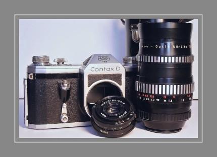 Die Contax D wurde ab 1952 gefertigt. Ausgestattet mit einem M42 Schraubgewinde ließen sich schon damals alle gängigen Objektive von Zeiss, Meyer und anderen Herstellern adaptieren.     Gehäuse komplett aus Metall     35mm Kleinbild-Spiegelreflex     Zeiten von 1/1000s bis 1s + Bulb     M42 Schraubgewinde     Vorlaufwerk     Blitzanschlußbuchse genormt