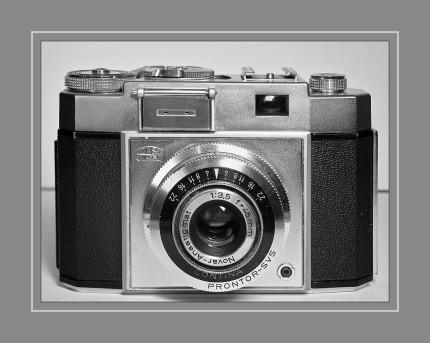 ZEISS Ikon Contina  IIa 527/24   1955 - 1958 Die Kamera hat einen entkoppelten Belichtungsmesser.