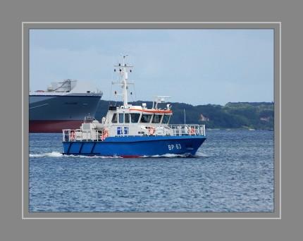 Kontroll- und Streifenboot der Bundespolizei. Dieses Boot wurde 2008 von der Schiffs- und Entwicklungsgesellschaft Tangermünde mbH gebaut. Technische Daten: Länge: 22,90m Breite: 5,20m Höhe: 3,20 m / 2,60 m Tiefgang: 1,20m Antriebsleistung: 2 x 588 kw Geschwindigkeit: max. 23 Knoten