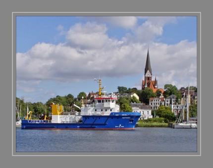 """Die """"Haithabu"""" ist ein modernes Gewässerüber- wachungsschiff des Landes Schleswig-Holstein und  ersetzt seit 2014 in der Ostsee die vorherige 1982 in  Dienst gestellte """"Haithabu"""". Dank ihrer speziellen Ausstattung kann die """"Haithabu"""" in der  Gefahrenabwehr als Ölfangschiff eingesetzt werden. Am Heck wurden  eine ausfahrbare Plattform für Taucharbeiten und ein  Anker montiert. Das Arbeitsdeck hat eine klappbare Reling  und bietet Platz für Ausrüstungscontainer, eine Ablage  für geborgene Munitionskörper sowie das Beiboot mit  Spezialausrüstung."""
