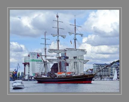 Die Stad Amsterdam ist ein Dreimast-Klipper mit stählernem Rumpf und Vollschiff-Takelung. Sie wurde im Jahre 2000 fertiggestellt und fährt unter niederländischer Flagge. Gebaut wurde das Schiff hauptsächlich von Arbeitssuchenden und Schulabgängern, denen damit eine Ausbildung und eine neue Perspektive gegeben wurde. Die Kosten belaufen sich auf ca. 20. Mio. Mark.