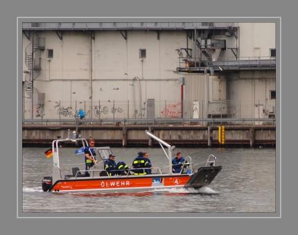 Dem THW Flensburg sind von Havariekommando und LKN und  folgende Einheiten/Komponenten zur Verfügung gestellt worden:  2 x 200 m hochseetaugliche Ölsperren HT 900 in zwei 20 Fuß Containern (HK) 200 m Ölsperren Itecran auf Containeranhänger (LKN) 1 x Mopmatricwringer auf Anhänger (LKN) 1 x Arbeitsboot (LKN) 1 x Ölwehrboot - Ölwehr 4 (HK) mehrere faltbare Auffangbehälter und Zubehör