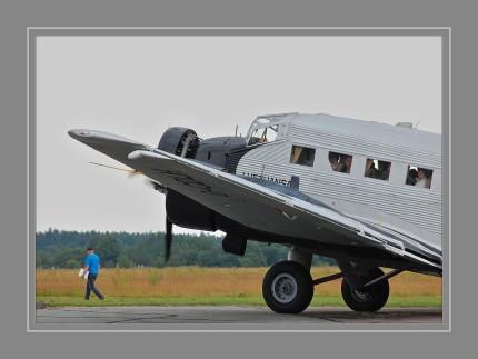 Mit der Ju 52 stieg Junkers über Jahre hinweg zum erfolgreichsten Verkehrsflugzeugproduzenten der Welt auf. Seit 1932 bauten die Junkers- Werke und diverse Lizenznehmer fast 5000 Maschinen, die für 30 Fluggesellschaften in 25 Ländern weltweit zum Einsatz kamen.