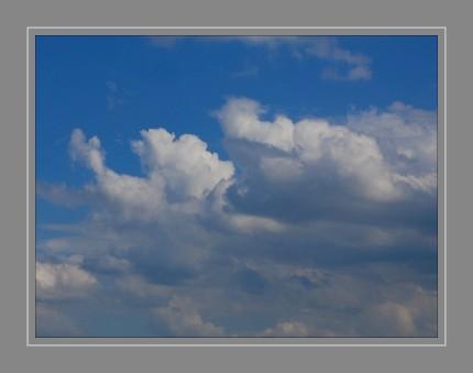 Wolken sind lebensnotwendig für alle Lebewesen, denn sie regeln unseren weltweiten Wasserhaushalt. Sie speichern verdunstetes Wasser aus Flüssen, Seen und Weltmeeren, tragen es weiter und verteilen es als Regen schließlich wieder auf der ganzen Welt Mehr als 50 Prozent der Erdoberfläche sind ständig mit Wolken bedeckt.