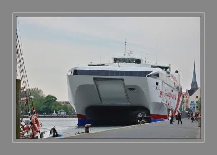 """Der """"Dolphin Jet"""", ist ein Hochgeschwindigkeits-Katamaran. Sie ist 86 Meter lang, 24 Meter breit und hat Platz für 774 Passagiere sowie 238 Pkw"""