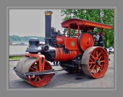 """Dampfwalzen wurden in den frühen 1860er Jahren entwickelt und erfolgreich eingesetzt. Sie markieren den Schritt zur Industrialisierung und ersetzen die zuvor eingesetzten, meist von Pferden gezogenen Walzen. Durch ihre sprichwörtliche Kraft (""""wie eine Dampfwalze"""") und das weit höhere Gewicht erreichten sie eine bessere Verdichtung des Untergrundes. Dampfwalzen wurden aber nicht nur als Verdichtungsgerät verwendet, sondern erledigten vielerlei Zug- und Transportaufgaben auf den Baustellen, da andere, motorgetriebene Zugmaschinen noch nicht vorhanden waren."""