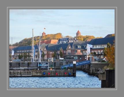 Sonwik ist als attraktiver Standort nicht mehr aus Flensburg wegzudenken. Mit seiner 4-Sterne-Marina ist Sonwik zum Zentrum für Segler und Wassersportler aus aller Welt geworden. Architektonisch eine harmonische Mischung aus den traditionell roten Backsteinhäusern des ehemaligen Marinestützpunktes und den modernen Wasserhäusern mit eigenem Bootsanleger, sowie dem Gebäudeensemble »Lee & Luv«, liegt Sonwik am östlichen Ufer der 35 km langen Flensburger Förde.