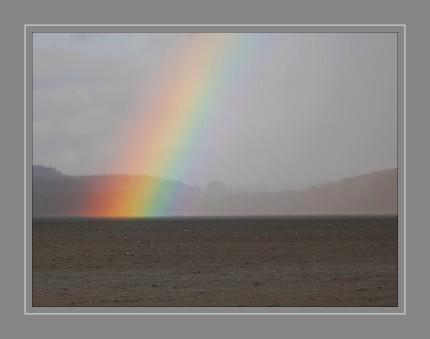 Der Regenbogen ist ein atmosphärisch-optisches Phänomen, das als kreisbogenförmiges farbiges Lichtband in einer von der Sonne beschienenen Regenwand oder -wolke wahrgenommen wird. Sein radialer Farbverlauf zeigt Ähnlichkeiten mit den Spektralfarben. Jeder der annähernd kugelförmigen Regentropfen bricht das Sonnenlicht beim Ein- und beim Austritt und reflektiert es innen an seiner Rückwand.